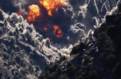 Bombardeiro americano nas montanhas de Tora Bora, Afeganistão, 2001
