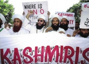 Um grupo de manifestantes contra os conflitos na Caxemira.