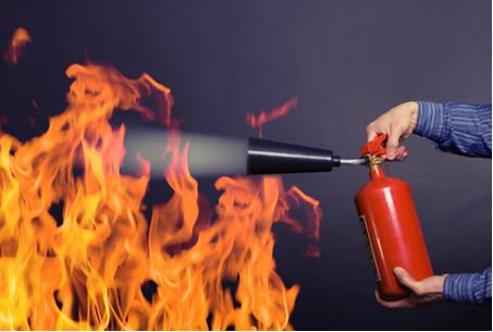 Para combater cada tipo de incêndio existe um tipo de extintor apropriado