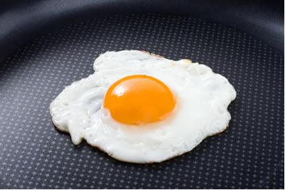 No aquecimento, a albumina da clara do ovo sofre desnaturação proteica, ficando branca