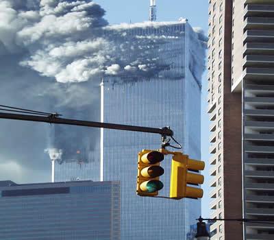 As duas torres do WTC em chamas após o ataque do segundo avião.*