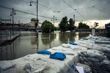 As enchentes atingem inúmeras cidades do mundo