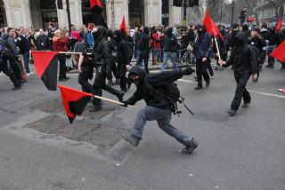 Grupo black bloc em manifestação na cidade de Londres, em março de 2011.*
