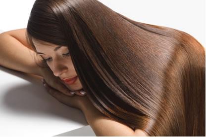 O sonho de muitas mulheres é alisar os cabelos, e para tal elas se colocam em sérios riscos