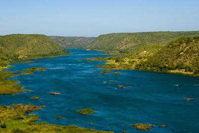 Rio São Francisco. Represamento da água do rio deu origem à usina de Sobradinho e gerou problemas à população atingida pela barragem