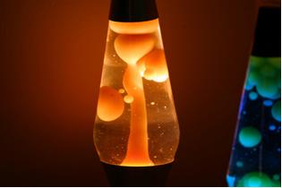 A lâmpada de lava é um tipo de luminária com mudanças de cores e movimentos que chamam bastante atenção