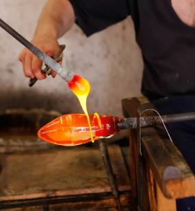 Na fabricação de vidro, utilizam-se dois carbonatos muito importantes, o de sódio e o de cálcio