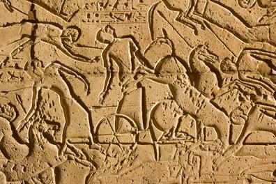 Pedra esculpida com a representação de soldados em suas brigas durante a Batalha de Kadesh