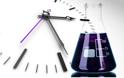 """Essa experiência é chamada de """"relógio de iodo"""" porque no momento certo a solução passa de incolor para azul bem escuro"""