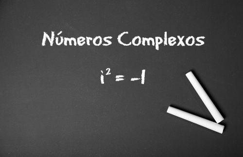 A origem da expressão i<sup>2</sup> = – 1 aparece na definição de números complexos