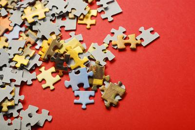 Os mecanismos de coerência e coesão textual atuam como peças de um intrincado quebra-cabeças