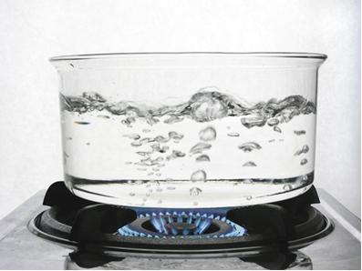 O ponto de ebulição da água ao nível do mar é de 100 ºC