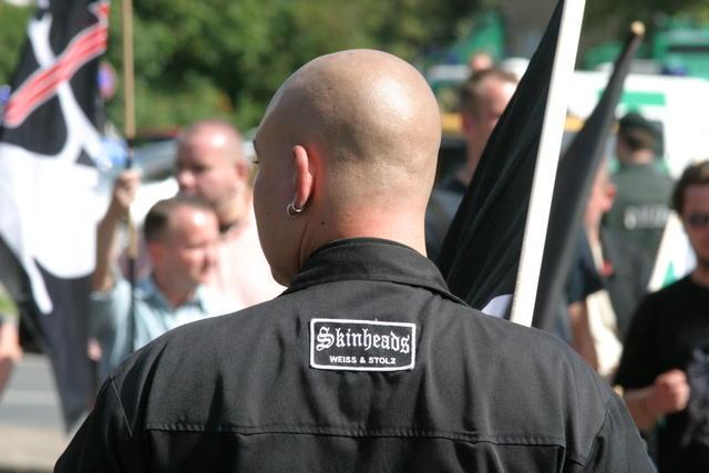A cabeça rapada é característica marcante dos skinheads