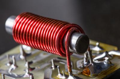 Os eletroímãs são dispositivos que utilizam a corrente elétrica para gerar campo magnético