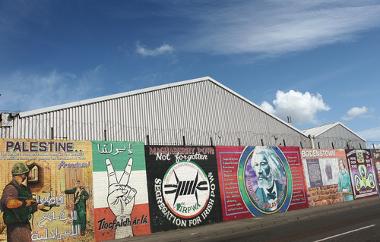 Imagem de um dos muros da Irlanda, com várias mensagens de protestos