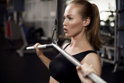 Mulher durante um treino de musculação