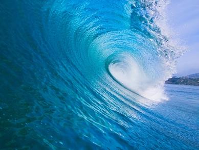 Quando uma onda quebra, ela carrega consigo uma quantidade de ar que se dissolve na água, aumentando o nível de oxigenação da água