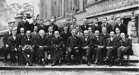 Grandes cientistas reunidos em um Congresso de Química e Física, no Instituto de Sovay, Bruxelas, no ano de 1927