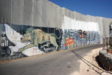O muro de Israel é um constante alvo de protestos, pichações e obras de artistas de rua *