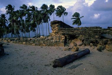 Acima, ruínas de um canhão no Forte de Orange, localizado na ilha de Itamaracá, Pernambuco