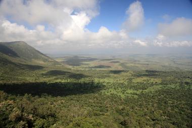 Vale do Rift, na África. Exemplo de relevo formado por uma fossa tectônica