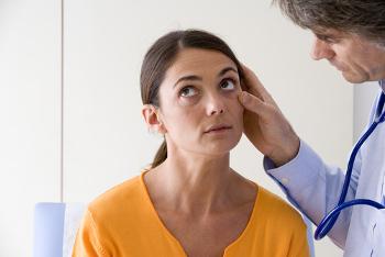 Um dos sintomas da anemia é a palidez da pele, parte interna do olho e gengivas