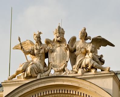 Duas valquírias ostentando um brasão no alto de um prédio. As guerreiras amazonas eram parte da mitologia nórdica