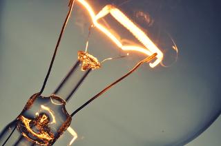 O tungstênio (W) é usado em filamentos de lâmpadas porque ele possui alto ponto de fusão e grande resistência ao calor