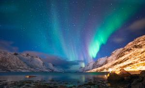 Aurora polar se manifestando em várias cores