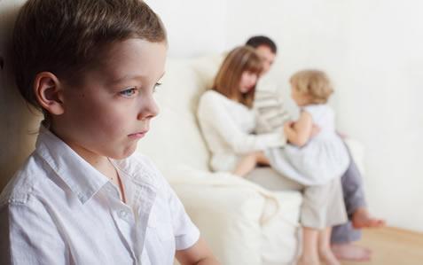 Os pais devem sempre buscar formas de deixar claro que o amor existe para todos os filhos e que a chegada de um novo irmão não muda essa condição