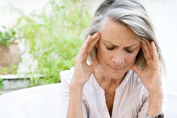 Dor de cabeça forte e com surgimento repentino pode ser um sintoma de AVC. Procure um médico!