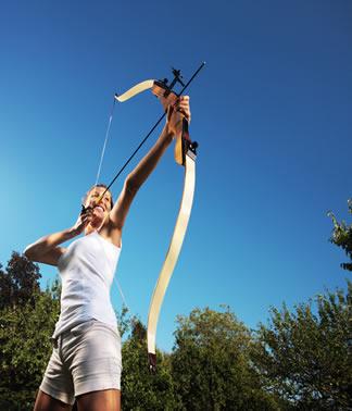 Para envergar o arco é necessário realizar um trabalho, o qual é armazenado em forma de energia potencial, a energia da posição
