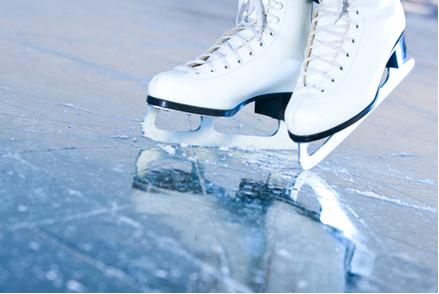O peso do patinador sobre as lâminas causa uma pressão no gelo que o derrete e torna mais fácil a patinação sobre ele