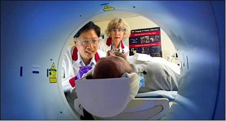 O método diagnóstico de cintilografia óssea é feito com emissão de pósitrons