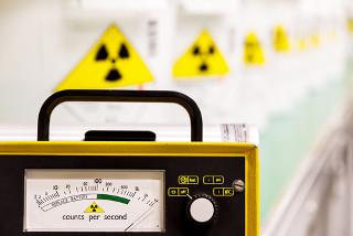 Símbolos de contaminação radioativa e contador Geiger usado para identificar substâncias radioativas e medir a intensidade de sua radioatividade