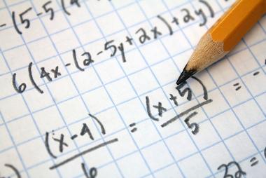 A expressão algébrica é polinomial porque possui soma algébrica. Para esse tipo de expressão é necessário realizar a redução polinomial
