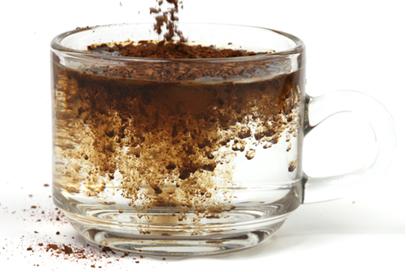 Café solúvel dissolvendo-se em água