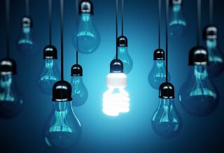 A lâmpada fluorescente compacta é uma opção mais popular para a substituição da incandescente