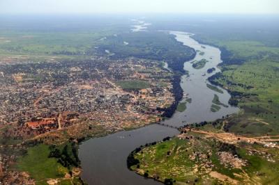 Juba, cidade do Sudão do Sul, ao redor do Rio Nilo. Um exemplo da relação entre os acidentes geográficos naturais e artificiais