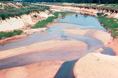 O assoreamento prejudica o escoamento das águas fluviais