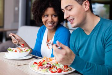 Alimentar-se na companhia de amigos ajuda a tornar esse momento mais agradável