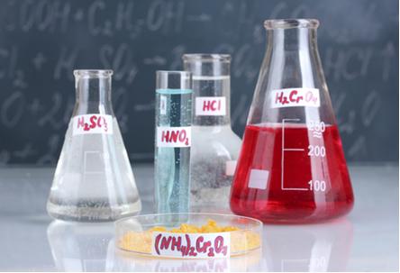 Alguns ácidos são mais fortes que outros porque uma quantidade maior de moléculas ionizam-se em meio aquoso