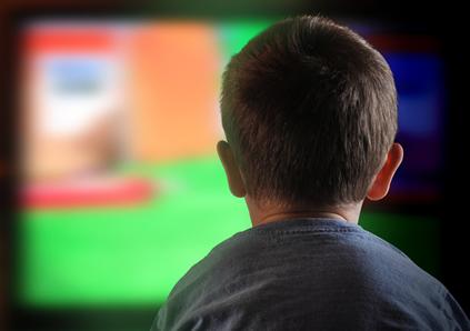 Pesquisas apontam que a criança brasileira é a que mais assiste à televisão