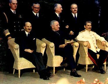 Clement Attlee, Harry Truman e Joseph Stalin durante a Conferência de Potsdam, em julho de 1945.
