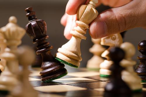 O objetivo é conquistar o rei de seu adversário.