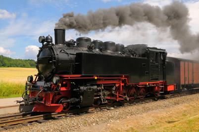 A energia química do carvão e da lenha é transformada em energia térmica pela queima e a energia cinética se dá pelo movimento do trem