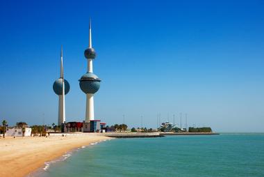 Cidade do Kuwait em área litorânea. O país possui as menores reservas per capita de água