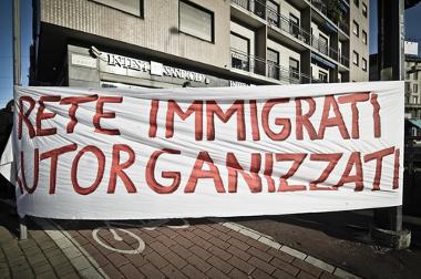 "Protesto contra racismo e xenofobia na Itália, em 2011. Na faixa está escrito ""rede imigrante auto-organizada""*"