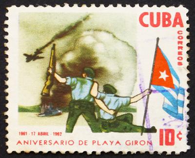 Neste selo comemorativo há uma representação da resistência cubana à invasão dos EUA à Baía dos Porcos. *