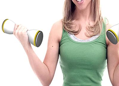 """Ao levantar o haltere, a mulher está aplicando ou """"fazendo"""" força"""
